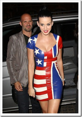 Katy-Perry-wears-UK-US-Latex-Rubber-Flag-Dress-World-Cup-Live