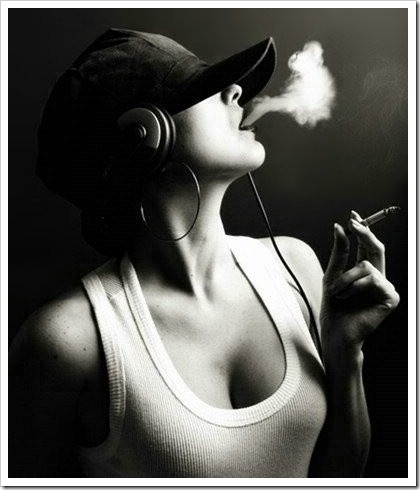 blackandwhitebwcigarettegirlheadphonesmusic403c18f69e93fe866